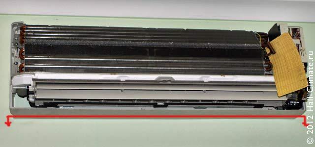Внутренний блок кондиционера должен быть выверен по горизонтали, отступ от потолка и стен не менее 10 см.