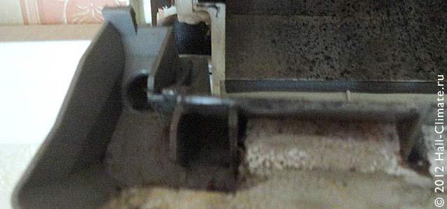 Так осуществляется промывка трубки вывода дренажа. Холл климат. Москва.